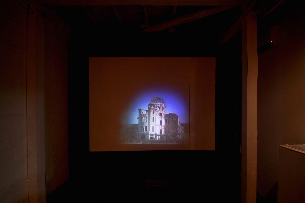 「堪え難きヒロシマの空をピカッとさせる」2015 広島市現代美術館での個展のために制作した本作が騒動となり、美術館から個展の自粛の要請を受ける。セットで展示する予定で制作中だった千羽鶴をモチーフにしたプロジェクトも、千羽鶴を折ってくれた学校などから素材の提供を拒否され展示を断念。何も展示物がないのにオーディエンスはそれなりにいそう......という超コンセプチュアルな状況も予想したが、それではまったく真意が伝わらないと開催自粛に同意。作品は後に原宿で自主開催した展覧会にて発表し、2013年の旧日本銀行広島支店まで5回の巡回を遂げた。これを期にChim↑Pomは主催者の意図に縛られないインディペンデントな道を常套手段として好むようになる。