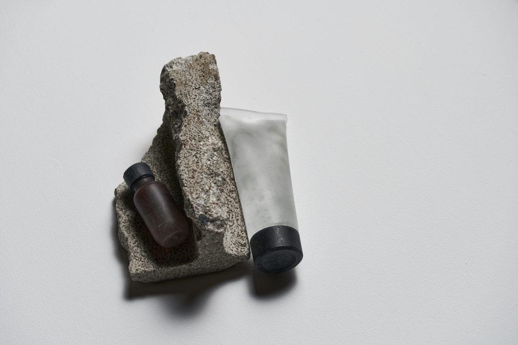 Brown&Gel, ガラス: 8.6 x φ 3.5 cm 、 1 8 x 7.5 x 4.6 cm / インスタレーション: 10 x 19 x 18 cm