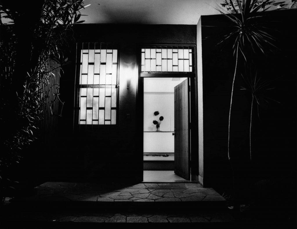 「玄関1」2004、Silver Gelatin